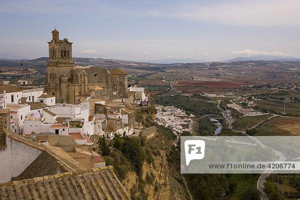 Dorf auf einem Felsplateau  Kirche San Pedro  Arcos de la Frontera  Andalusien  Spanien