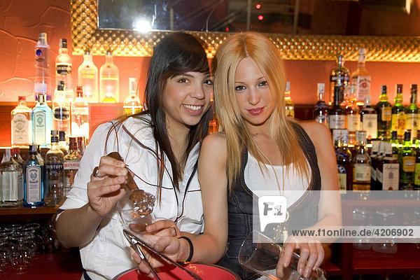Jane Birkin  Diskothek  Nachtclub  zwei spanische Kellnerinnen  Zaragoza  Saragossa  Provinz Aragon  Spanien  Europa