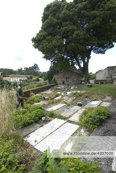 Über Jahrhunderte erhaltener ursprünglicher Kirchfriedhof der Kirche Iglesia de Santiago de Cexeiro Camariñas  Provinz La Coruña  Galicien  Spanien  Europa