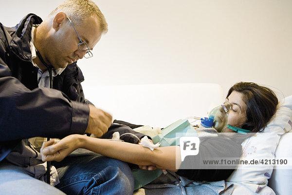Notarzt auf Abruf,  der den Patienten zu Hause behandelt