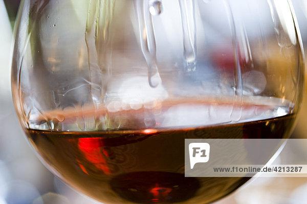 Weintränen auf einem Glas Rotwein
