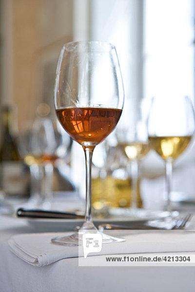 Gläser Wein auf dem Tisch