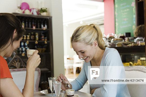 Weibliche Freunde beim Kaffee im Cafe