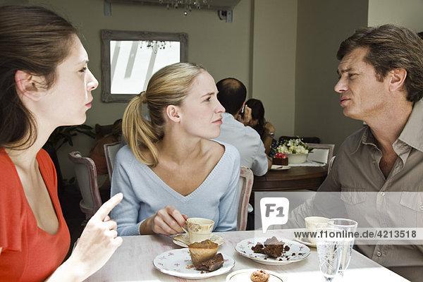 Freunde diskutieren im Cafe