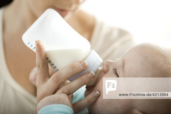 Baby Trinkmilch aus der Flasche
