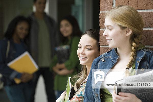 Schülerinnen und Schüler unterhalten sich außerhalb der Schule