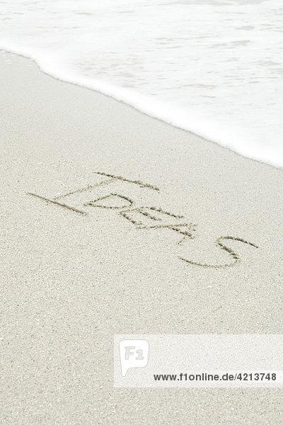 Das Wort'Ideen' im Sand am Strand'.