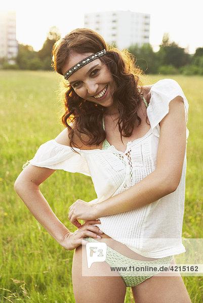 Junge Frau auf den Wiesen stehend