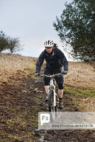 Mann fährt Mountainbike bergab
