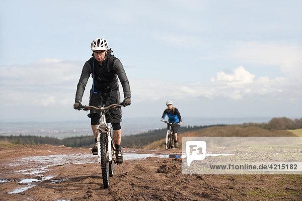 Paar Mountainbiking auf dem Land