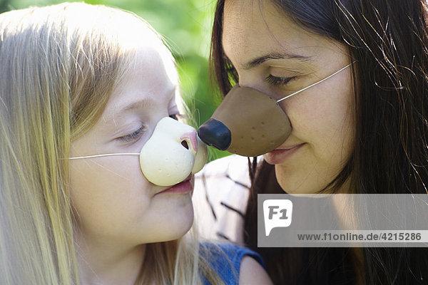 Mutter und Tochter mit Masken