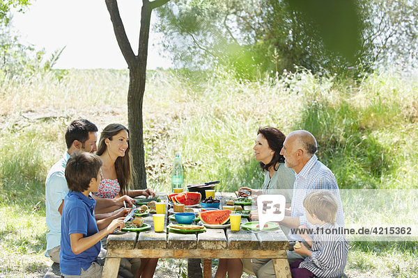Familienessen auf dem Außentisch