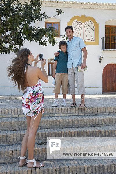 Familie im Urlaub posiert für Schnappschuss