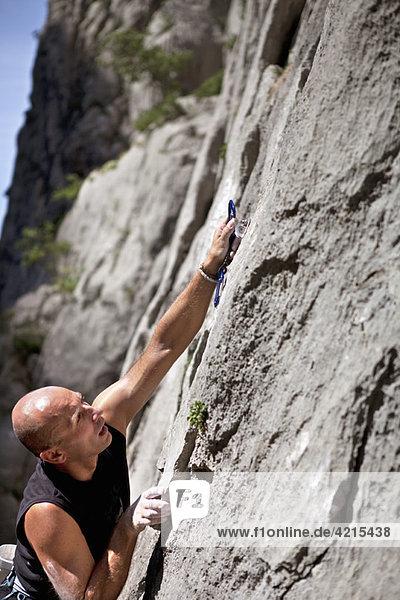Kletterer sichert sich ab
