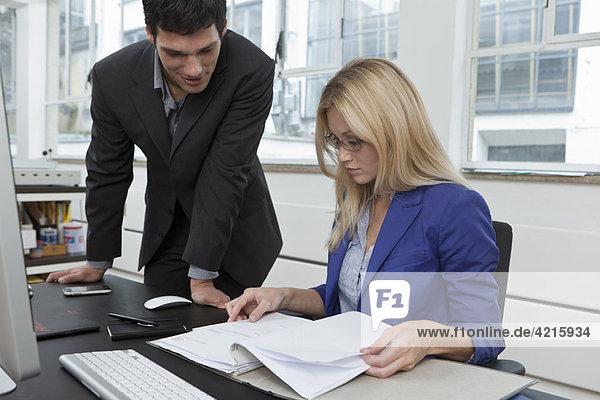 Kollegen bei der Prüfung eines Businessplans
