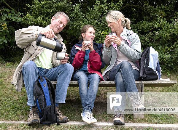 Senioren und Enkelin machen Pause