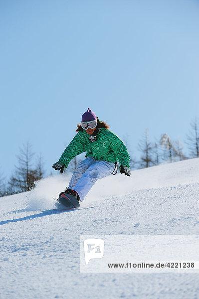 Frau drehen Schnee Skiabfahrt Abfahrt