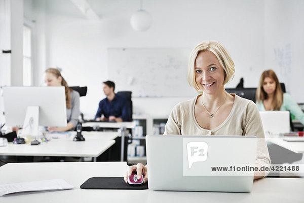 Im Büro arbeitende Frau
