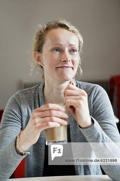 Frau im Kaffeehaus