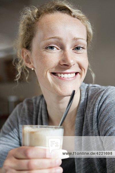 Frau mit Kaffee-Latte