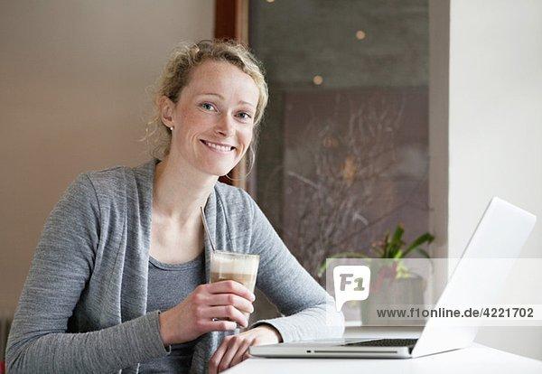 Frau im coffiehouse mit Laptop