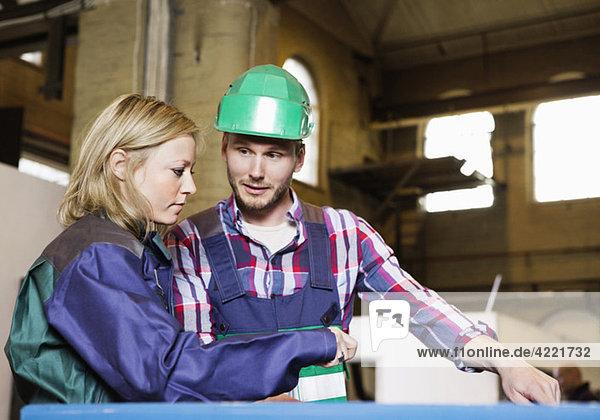 Mann und Frau im Industriegebiet Mann und Frau im Industriegebiet