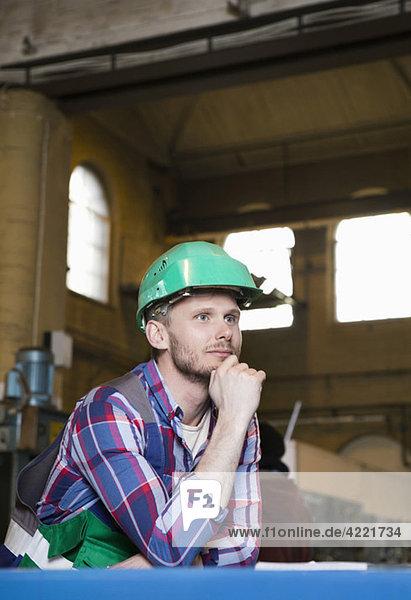 Mann denkt bei der Arbeit Mann denkt bei der Arbeit