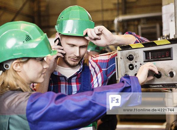 Kollegen in grünen Helmen Kollegen in grünen Helmen