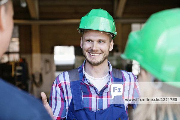 Industriearbeiter im Gespräch Industriearbeiter im Gespräch