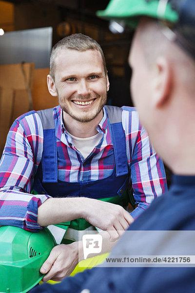 Männer lächeln bei der Arbeit Männer lächeln bei der Arbeit