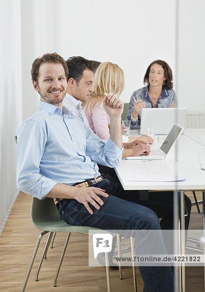 Glücklicher Mann beim Treffen