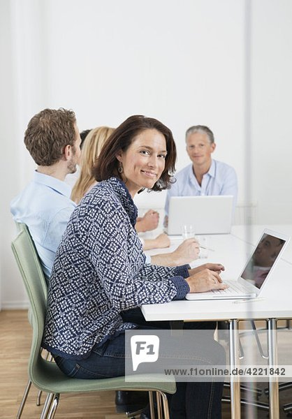 Frauen und Männer beim Treffen