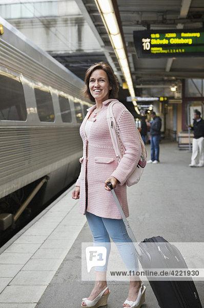 Frau auf dem Bahnsteig stehend