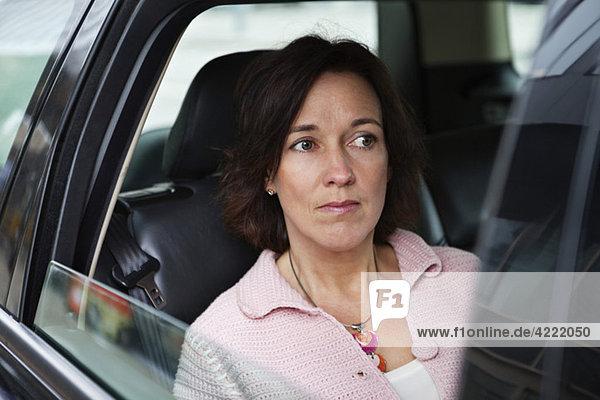 Frau im Auto sitzend