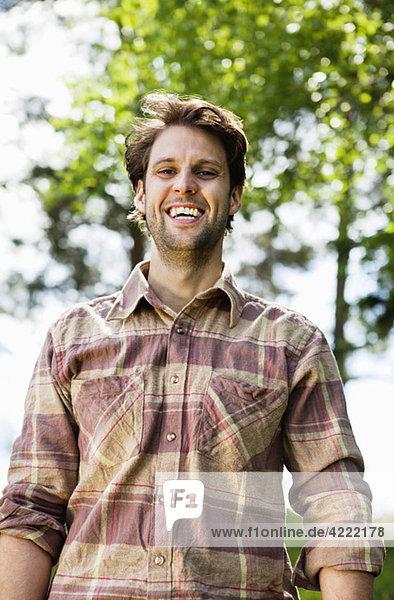 Glücklicher Mann mit Hemd