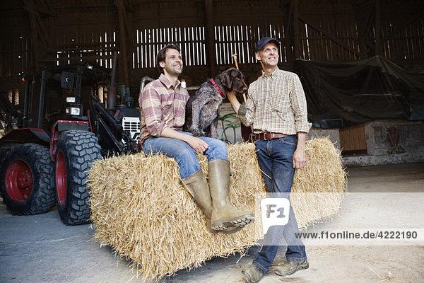 Zwei Männer mit Traktor 2