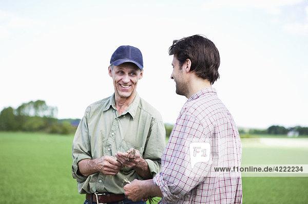 Zwei Männer schauen auf die Wurzeln 2