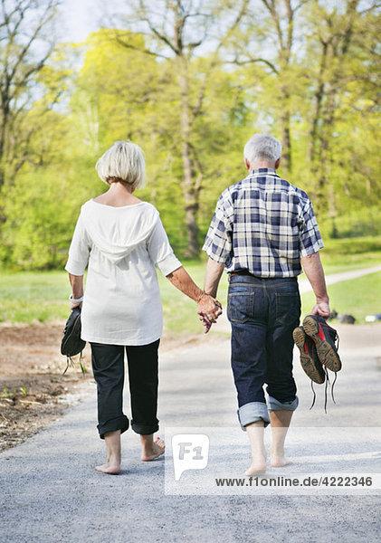 Paar läuft barfuß