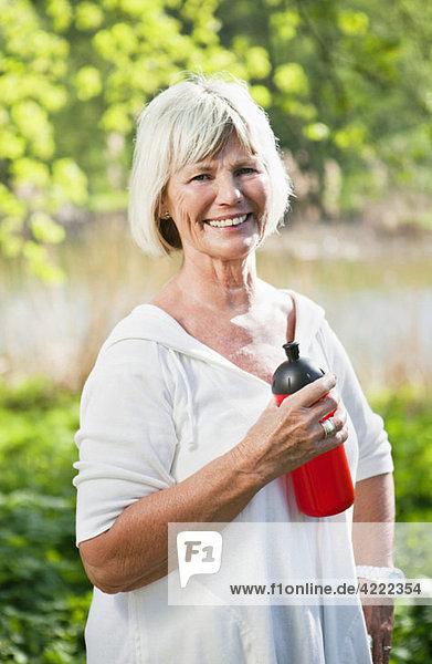 Frau mit Wasserflasche 2
