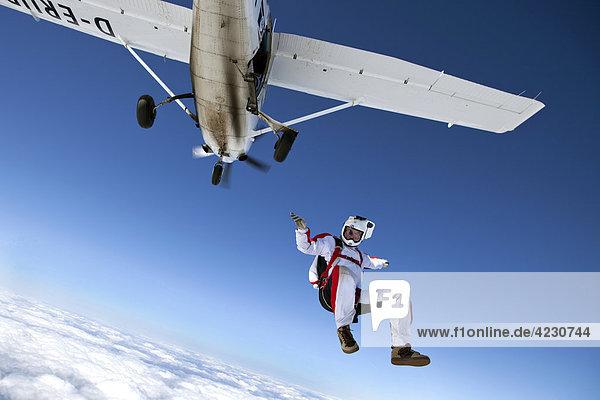 Fallschirmspringer  Illtertissen  Bayern  Deutschland  Europa Fallschirmspringer, Illtertissen, Bayern, Deutschland, Europa
