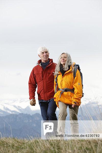 Seniorenpaar wandert in den Bergen  Italien  Monte Baldo