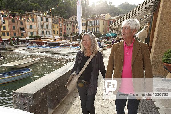 Seniorenpaar macht einen Spaziergang am Wasser  Italien  Portofino