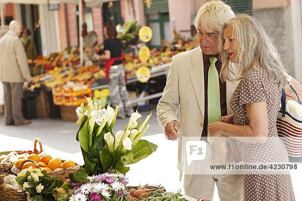 Seniorenpaar an einem Marktstand  Italien  Rapallo