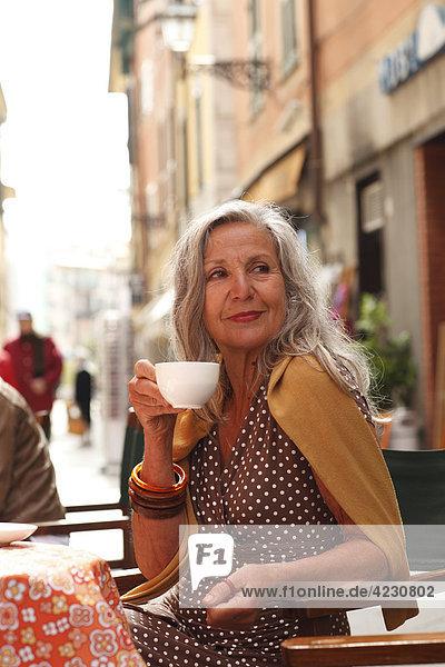Seniorin in einem Straßencafé  Italien  Rapallo