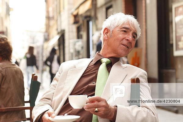 Senior in einem Straßencafé  Italien  Rapallo