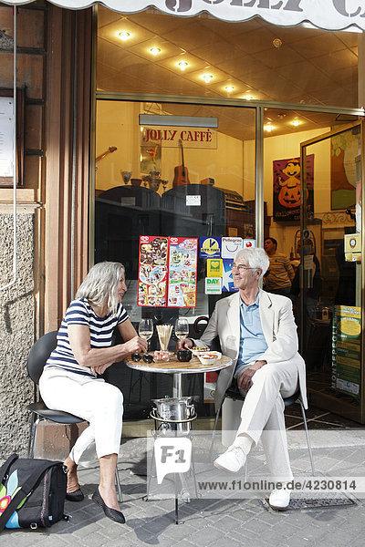 Seniorenpaar in einem Straßencafé  Italien  Rapallo