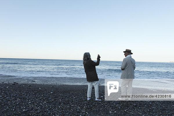 Seniorenpaar am Strand  Italien