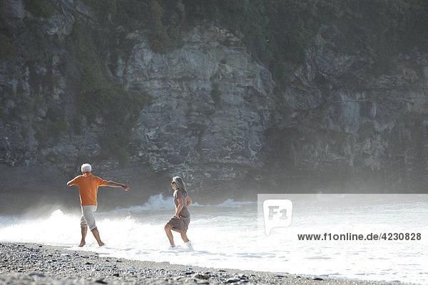 Ausgelassenes Seniorenpaar am Strand  Italien  Sori