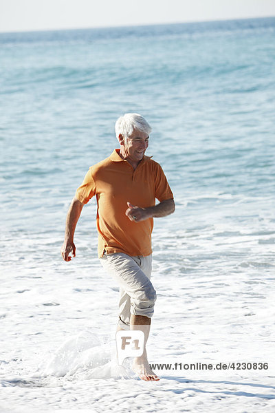 Senior watet im Meer  Italien  Sori