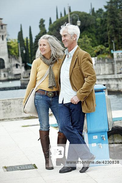 Seniorenpaar steht im Freien  Italien  Gardone Riviera  Gardasee